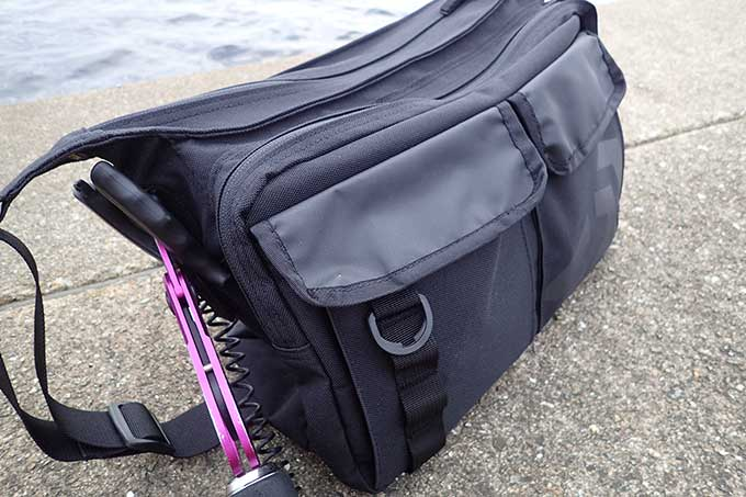 ダイワのバッグを持って実釣