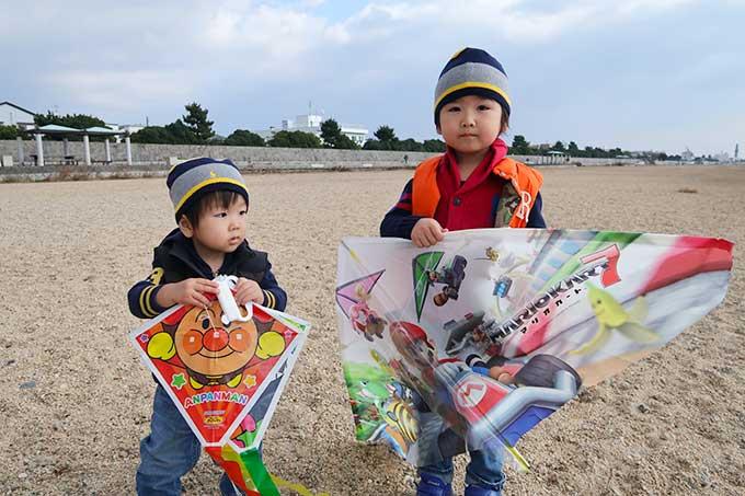 海辺で凧揚げ