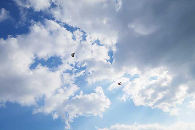 空高くまで上がった凧