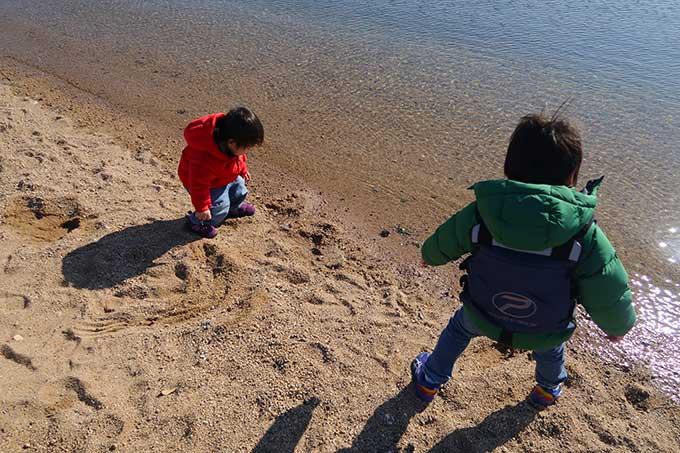 子供達は砂遊びを開始