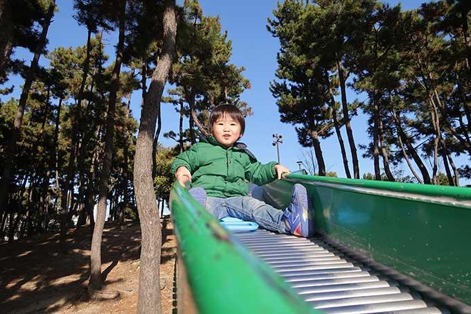 滑り台で遊ぶ坊っちゃん