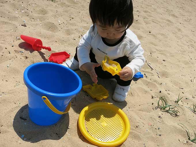 砂浜でお砂遊び