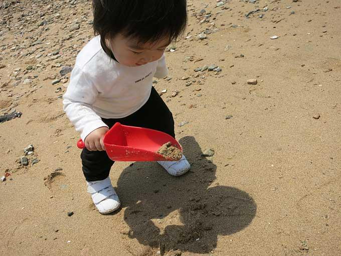 波打ち際でお砂遊び