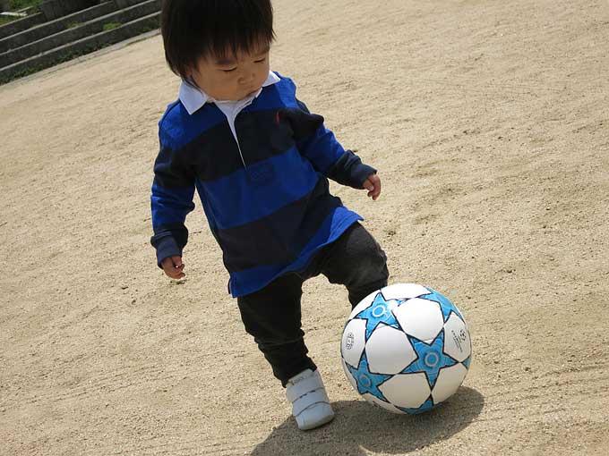 サッカーボールで遊ぶ