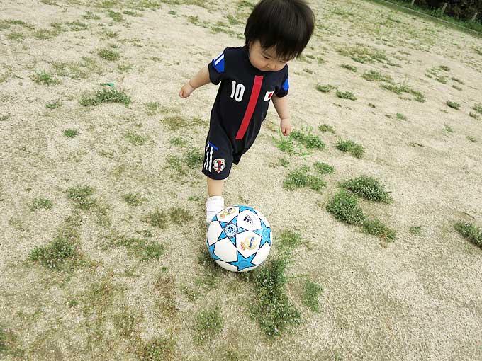 ベビー幼児用のサッカー日本代表ユニフォームでサッカー