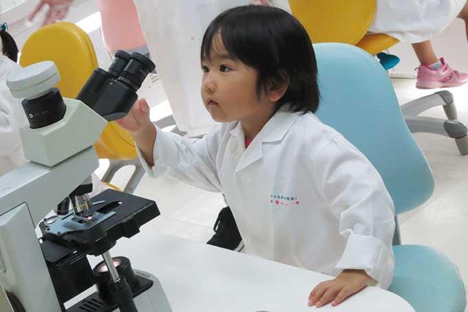 顕微鏡を覗く姿も様になっています