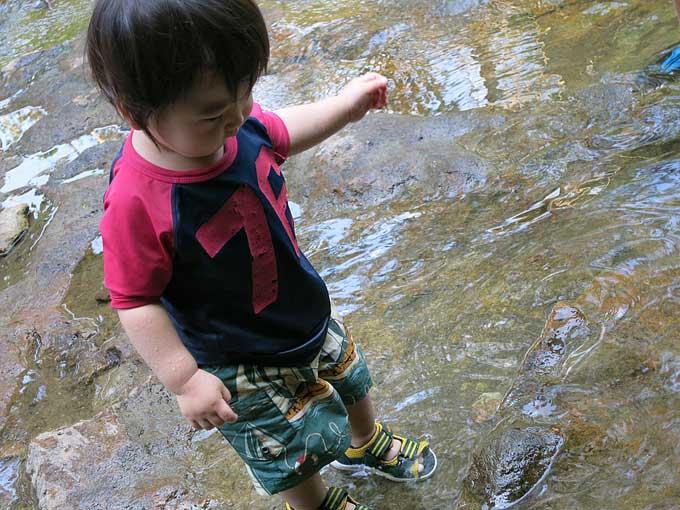 足を水につけて…