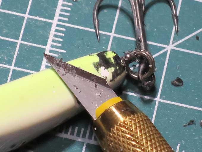 黒い接着剤を削る