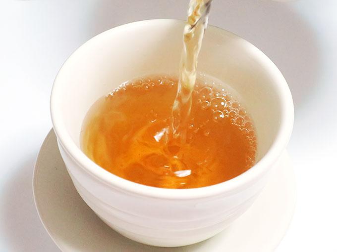 お茶を注ぎます