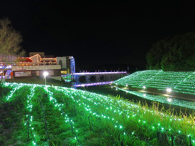 水路も綺麗にライトアップ
