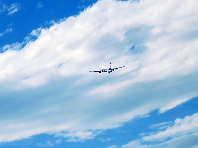 高松空港から飛び立つ飛行機