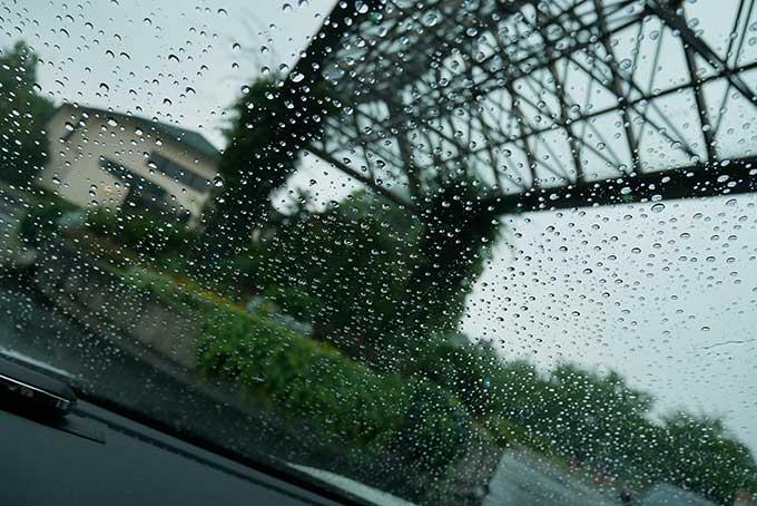 豪雨の中到着