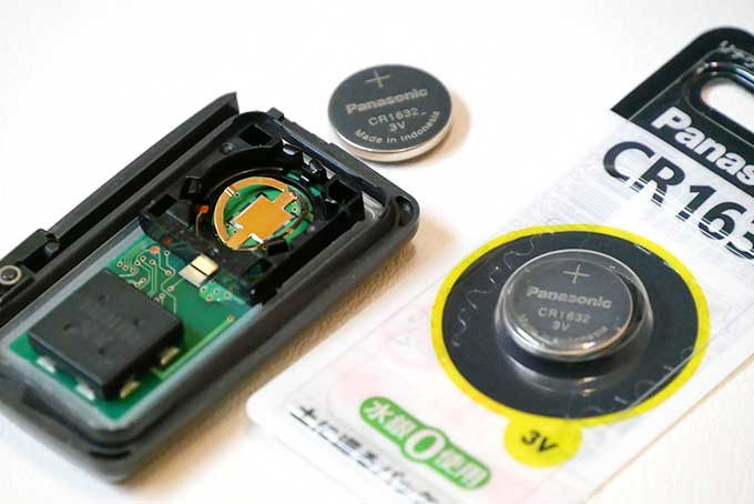 細い物を差し込んで電池を取り出し