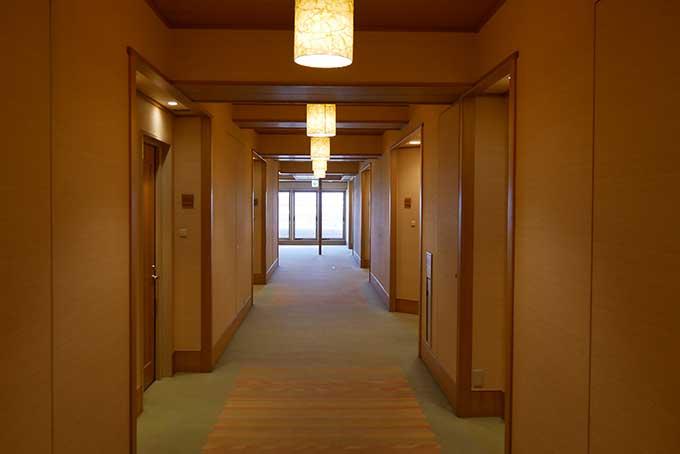 ホテルナガシマの客室から廊下へ