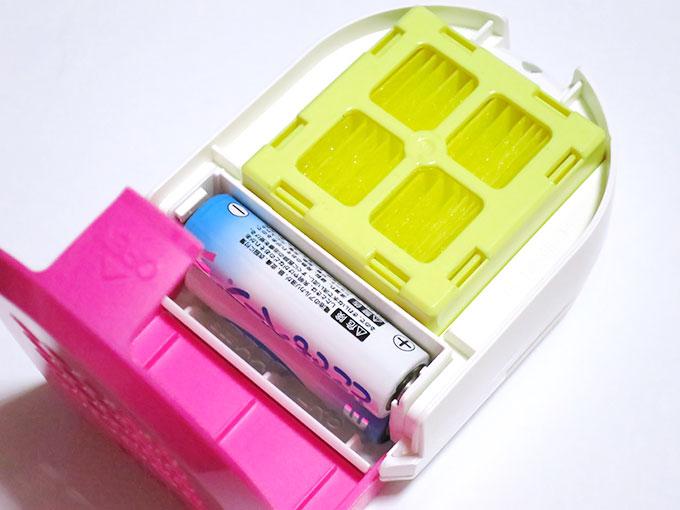 電池と虫除けの薬剤を入れる