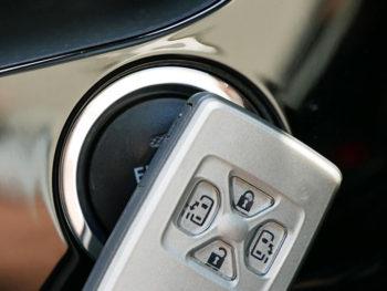 車の鍵(電子キー)が電池切れ!エンジンの掛け方と電池の交換!!